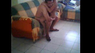 Novinha dando pro padrastono sofá