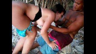 Sexo interracial casada com negão na praia